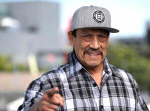 Danny Trejo salva a bebé que quedó atrapado en un auto tras accidente