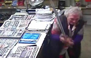 Anciana se defiende con su bastón de un asaltante que entró a su tienda