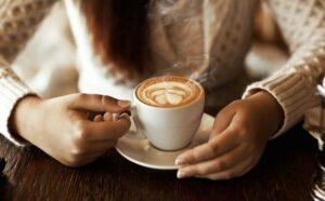 Una compañía paga mil dólares por consumir café durante un mes