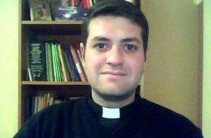 A media misa, sacerdote renuncia a los hábitos para iniciar una relación