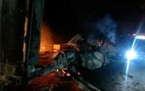 Choferes mueren calcinados tras choque y pobladores hacen rapiña