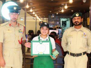 Empleada de Starbucks encuentra una bolsa con 53 mil dólares y la devuelve a su dueño