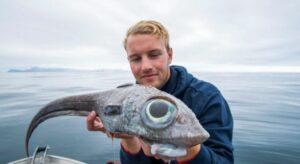 Joven atrapa un extraño pez con aspecto prehistórico