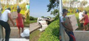 Pobladores roban cosméticos tras volcadura de tráiler en Chiapas