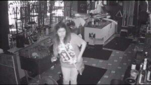 Joven se queda encerrada en un bar de Tijuana y aprovecha para seguir bebiendo