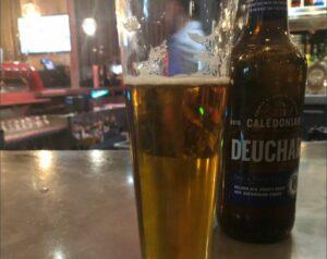 Periodista denuncia que pagó 68 mil dólares por una cerveza en Mánchester