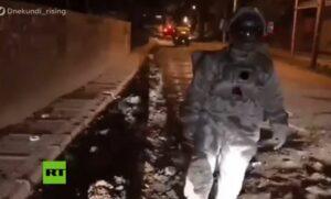 """Joven simula una """"caminata lunar"""" en una calle con baches para exigir que los tapen"""