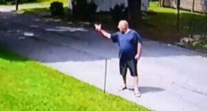 """Un hombre deberá pagar una multa por """"disparar"""" a su vecino con su mano"""