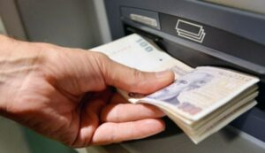 Pareja recibe por error 120 mil dólares en su cuenta, los gastan y ahora son acusados de robo