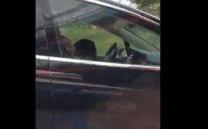 Pareja se queda dormida mientras viajaban en un Tesla en piloto automático