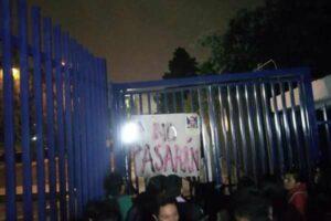 Sujetos encapuchados protestan en la UNAM por diplomado de Ricardo Anaya