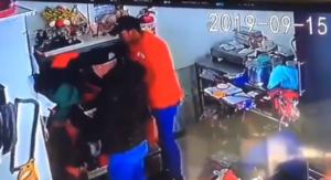 Cámara de vigilancia graba asalto a mano armada en pollería de Tlalpan