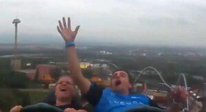 Joven atrapa en el aire un celular que caía en una montaña rusa