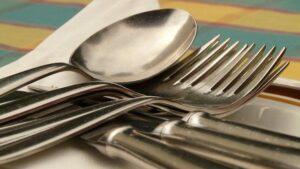 Médicos extraen del estómago de un joven cucharas, cuchillos y joyas