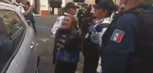 Policías detienen a dos ancianos por vender papas fritas en Michoacán