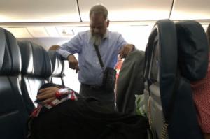 Pasajero viaja de pie seis horas durante un vuelo para que su esposa durmiera en dos asientos