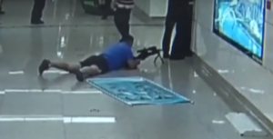 Francotirador abate a delincuente que tenía amagada a su víctima con un cuchillo