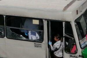 Delincuentes lanzan a pasajeros de microbús en marcha durante asalto en Tláhuac