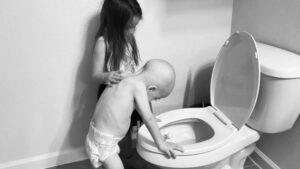 La fotografía de un niño enfermo de cáncer junto a su hermana se hace viral