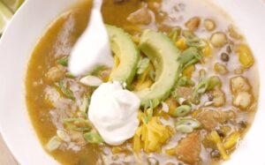 Chef estadounidense hace su versión del pozole y despierta enojo de los mexicanos