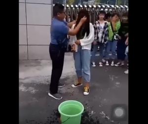 Maestro desmaquilla a sus alumnas antes de entrar a clase (VIDEO)