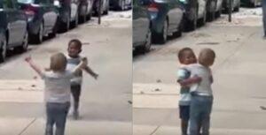 El abrazos de dos niños al reencontrarse en la escuela conmueve en redes sociales
