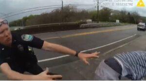 Policías salvan a un joven que saltó de un puente para suicidarse