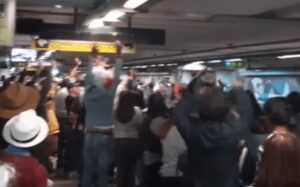 """Usuarios del Metro hacen una """"ola"""" tras la ceremonia del Grito de Independencia"""