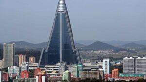 """El hotel """"Ryugyong"""" de Corea del Norte lleva más de 30 años en construcción y nunca fue inaugurado"""