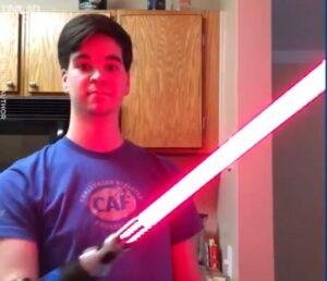 Fanático de Star Wars coloca un sable de luz a la prótesis de su brazo