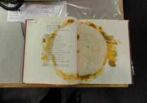 Bibliotecaria encuentra un libro con un taco que era usado como separador