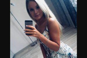 Joven muere electrocutada por conectar su celular mientras se bañaba