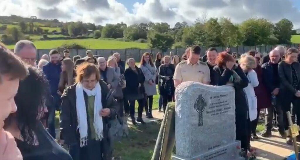 Un hombre hace reír a sus familiares el día de su funeral