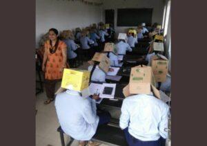 Profesora de la India cubre con cajas de cartón a sus alumnos para que no copien