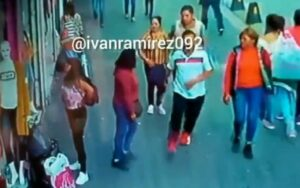 Difunden video de cómo mujeres distraen a joven para robarle sus pertenencias en la CDMX
