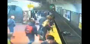 Mujer cae por accidente a las vías y se salva de morir arrollada por el tren