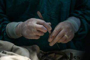 Médico arranca útero a joven al confundirlo con la placenta