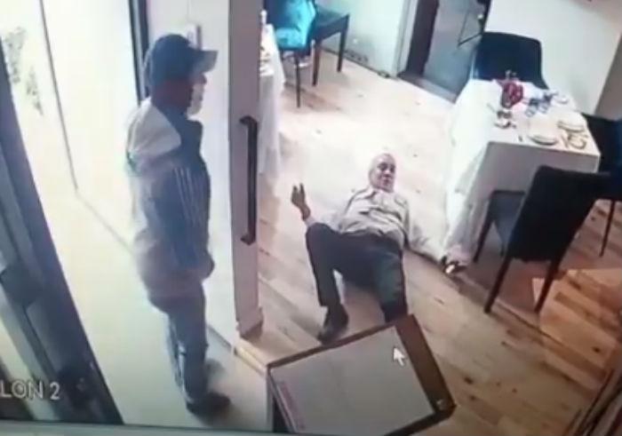 Hombre intenta desarmar a asaltantes en restaurante de la CDMX