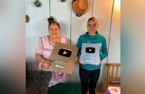 YouTube entrega reconocimiento a Doña Angela por alcanzar un millón de seguidores