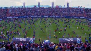 Violencia en el partido San Luis vs. Querétaro obliga a los aficionados a entrar a la cancha