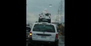 Exhiben a conductor que llevaba a dos niños en el toldo mientras llovía