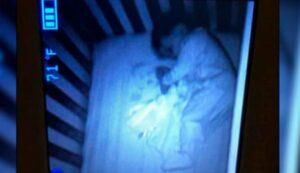 """Mujer pensaba que un """"fantasma"""" dormía con su bebé y en realidad era una fotografía"""