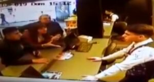 Dos hombres destruyen taquilla de un cine que no les respetó oferta del 2×1