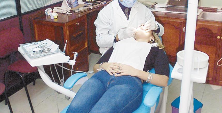 Mujer fallece por una hemorragia después de que le quitaron 10 dientes