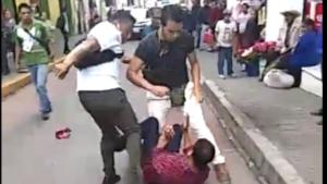 Funcionarios agreden a vendedores indígenas en Puebla