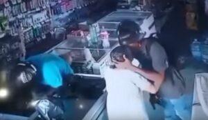 Ladrón besa a una anciana para que se tranquilizara durante un asalto