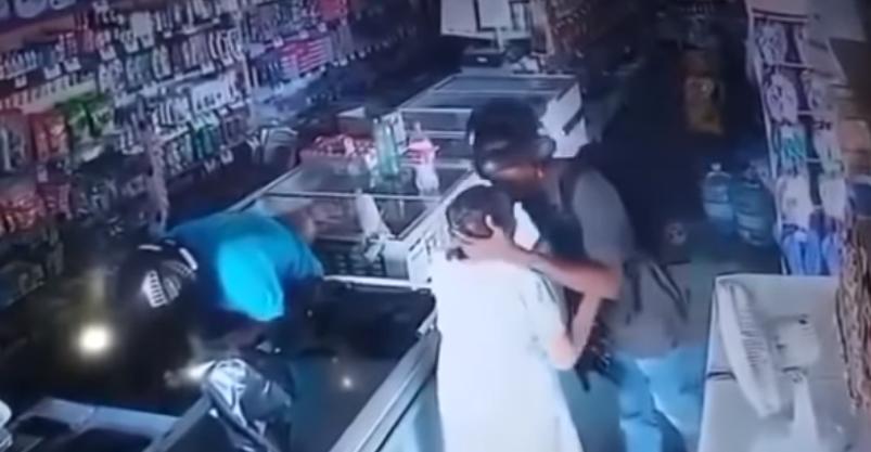 Ladrón besa en la frente a una anciana para tranquilizarla durante un asalto