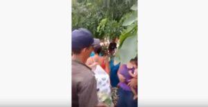 Presuntos integrantes del CJNG entregan ayuda a damnificados por lluvias en Tomatlán
