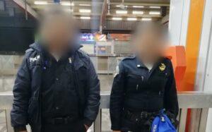 Captan en video a policias del Metro robando boletos de los torniquetes