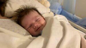 La historia detrás de la foto de un bebé sonriendo en los brazos de su madre fallecida